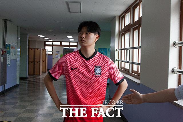 축구 국가대표팀 공격수 이동경은 올림픽 경기에서 패배한 후 상대 선수의 악수를 거절해 빈축을 사기도 했다.