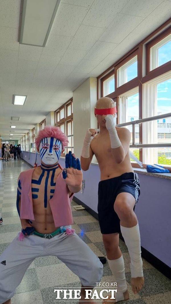 애니메이션과 게임 속 캐릭터 코스프레한 의정부고 졸업생들.