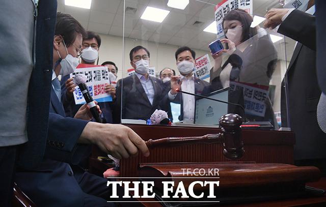 민주당 위원들과 김의겸 열린민주당 위원 9명의 찬성으로, 결국 문체위를 통과하게 된 언론중재법.