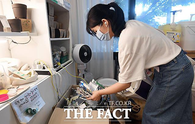 김보경(23·대학생) 씨가 알맹상점으로 가져온 우유팩을 수거함에 넣고 있다. 제로웨이스트에 관심이 생기면서 SNS를 통해 알맹상점을 알게 됐어요. 쓰레기 만드는 것에 죄책감이 (이 일을 하고 나서) 그 부분에서 많이 해소됐죠.