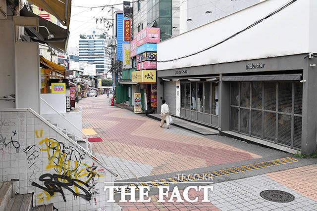 정부가 거리두기 수도권 4단계·비수도권 3단계를 2주 더 연장하면서 사적모임 제한은 일부 완화했다. 11일 오전 서울 마포구 홍대 거리가 한산한 모습을 보이고 있다. /남용희 기자