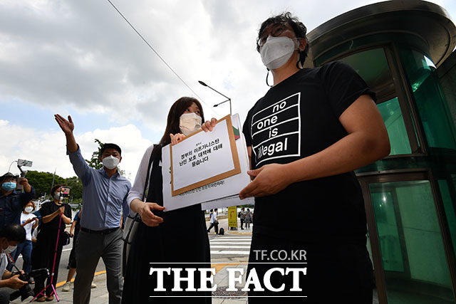 기자회견을 마친 뒤 김진 사단법인 두루 변호사와 이일 공익법센터 어필 변호사가 외교부에 질의 서한을 전달하고 있다.
