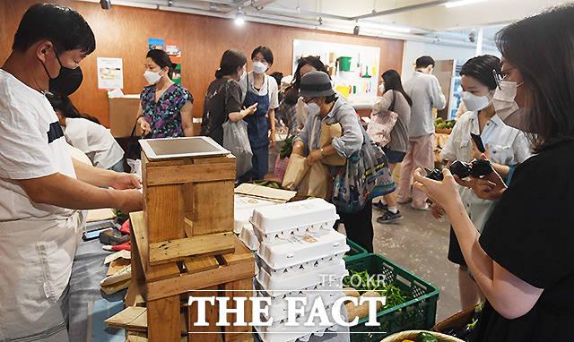 17일 서울 서교동에서 열린 장터에는 5곳의 생산자만이 참여했지만, 오전 개장과 동시에 SNS에서 소식을 접한 많은 소비자들이 장바구니를 들고 장터를 찾았다.