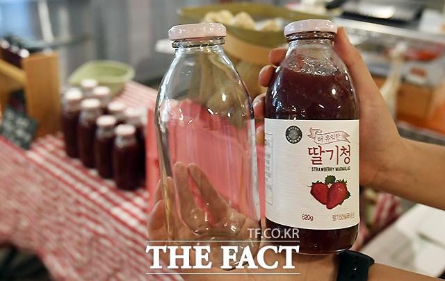직접 수확한 딸기로 만든 수제 딸기청도 판매하는 김 씨는 고정 고객들로부터 빈 병을 수거해 재사용하고 있다.