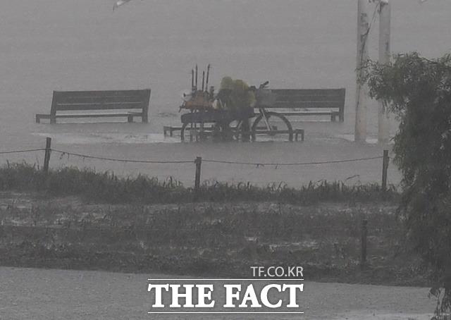 전국적으로 많은 비가 내리고 있는 가운데, 행정안전부가 21일 오전 11시 50분부터 호우 위기경보 수준을 주의에서 경계로 격상하고 중앙재난안전대책본부 비상 2단계를 가동했다. /배정한 기자