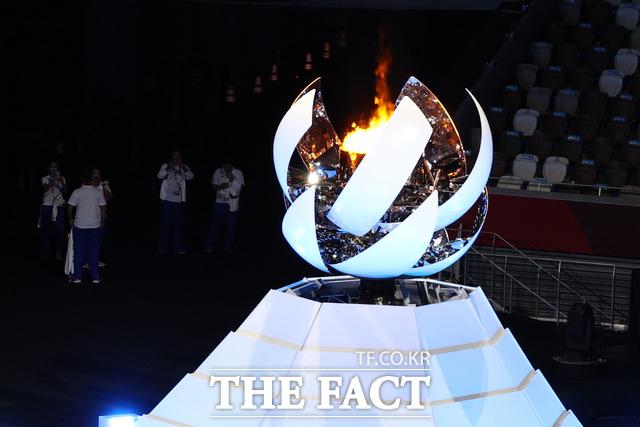 오는 24일 개막하는 2020 도쿄 패럴림픽 관련 확진자가 100명을 돌파했다. 사진은 2020 도쿄 올림픽 폐회식에서 성화가 소화되고 있는 모습./뉴시스