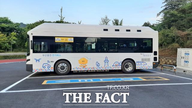 무선 충전 방식의 전기버스가 대한민국에서 처음으로 24일부터 대전 대덕특구를 달린다. / 대전시 제공
