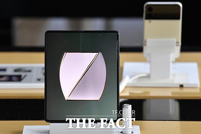 갤럭시Z폴드3·플립3의 사전예약 판매량은 약 80만 대 수준인 것으로 추정된다. 사진은 갤럭시Z폴드3 모습. /남윤호 기자
