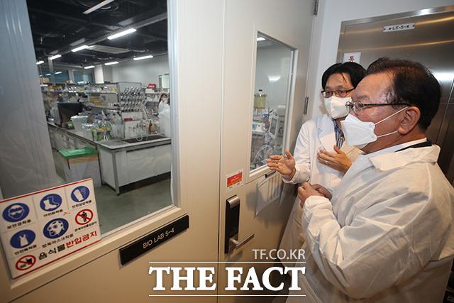 김부겸 국무총리(오른쪽)가 코로나19 백신개발 관련 현장 점검차 23일 오후 경기 성남시 SK바이오사이언스에 방문해 시설을 둘러보고 있다./임영무 기자