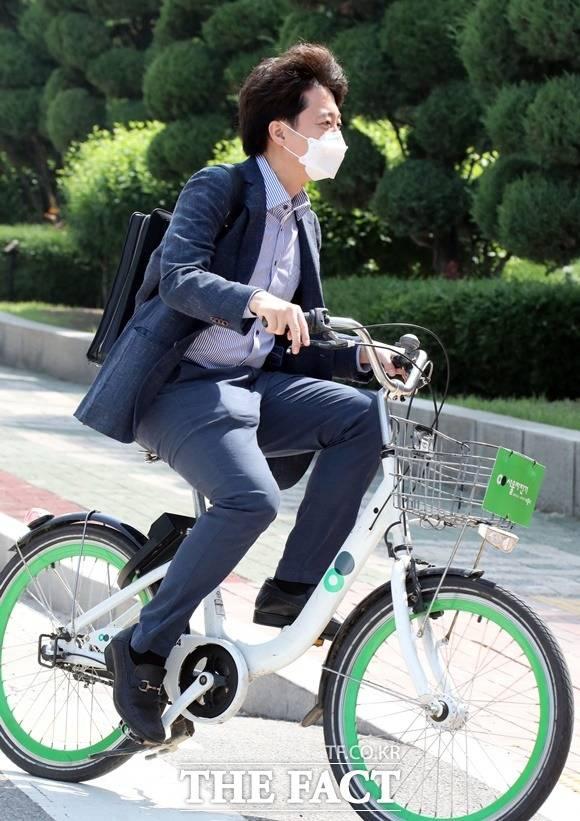 이준석 대표가 6월 13일 오전 따릉이를 타고 서울 여의도 국회로 출근하고 있다. /국회사진취재단