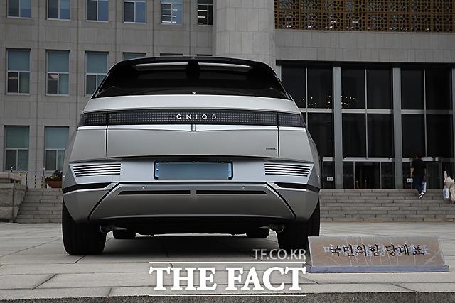 이 대표는 지난주 현대자동차 신형 전기차 아이오닉5를 인도받았고, 이날 직접 운전해 국회로 출근했다. 이 대표는 수행비서 없이 자신이 직접 운전할 것으로 전해졌다. /국회=남윤호 기자