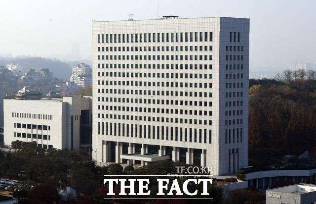 김봉현 전 스타모빌리티 회장에게 술접대를 받은 현직 검사 3명에 대해 대검찰청이 중징계 요청을 검토 중인 것으로 알려졌다. /이새롬 기자
