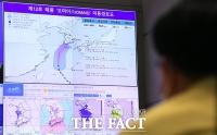 태풍 '오마이스' 이동경로 확인하는 전해철 장관 [포토]