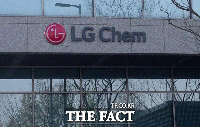 24일 오전 9시 30분 기준 LG화학의 주가는 전일 대비 3000원(-0.38%) 하락한 79만5000원이다. /더팩트 DB