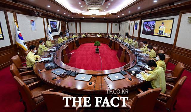 국무위원들이 서울 종로구 정부서울청사에서 열린 서울-세종 간 영상 국무회의에 참석해 김부겸 국무총리의 모두발언을 듣고 있다.