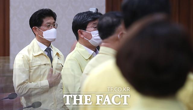 국기에 대한 경례하는 노형욱 국토교통부 장관.