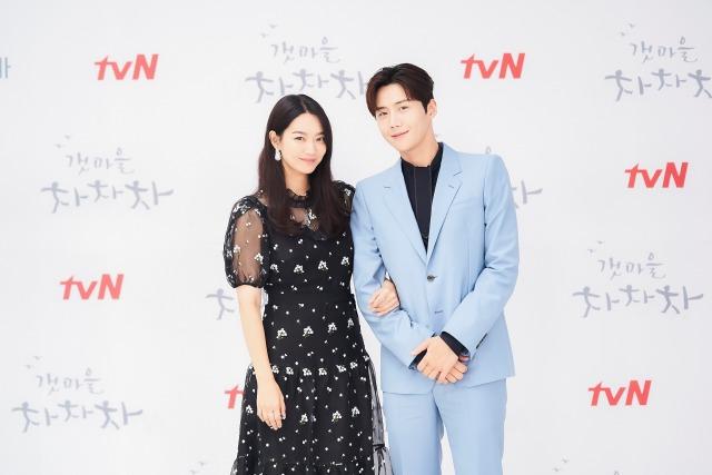 배우 신민아(왼)와 김선호가 두 사람의 케미를 자신하며 많은 관심을 부탁했다. /tvN 제공