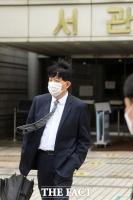 '불법 운영 혐의' 항소심 출석 후 법원 나서는 이재웅 [TF사진관]