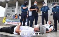 '언론중재법 통과시켜라'…정의당-언론현업 기자회견 난입한 시민 [TF사진관]