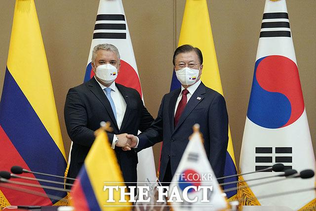 문재인 대통령(오른쪽)과 이반 두케 마르케스 콜롬비아 대통령이 25일 청와대에서 열린 한-콜롬비아 정상회담에 앞서 악수하고 있다. /청와대 제공