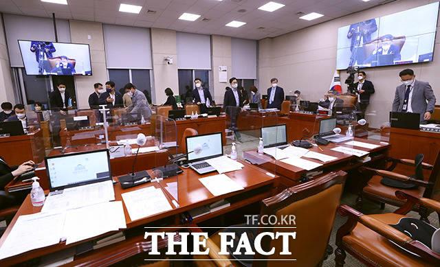 결국 새벽 4시가 넘어 끝난 국회 법사위 전체회의.