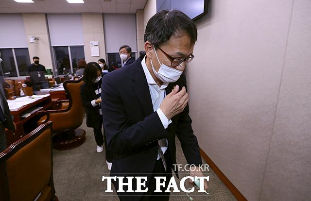 퇴장하는 박주민 법사위 위원장 직무대리.