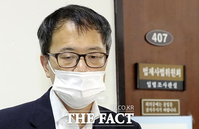 질문에 답하는 박 위원장 직무대리.