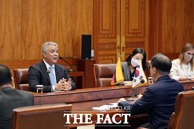두케 콜롬비아 대통령은 오늘은 콜롬비아와 한국이 발전, 혁신, 창조성 분야에서 협력을 하여 양국 국민들에게 더 많은 기회를 주기 위해서 노력하고 있다고 말했다.