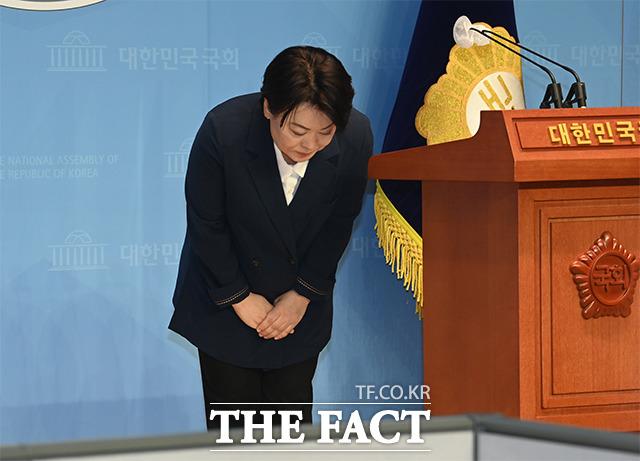 국민의힘 대선 주자인 윤희숙 의원이 25일 오전 국회 소통관에서 자신의 거취를 밝히는 기자회견 후 인사를 하고 있다.