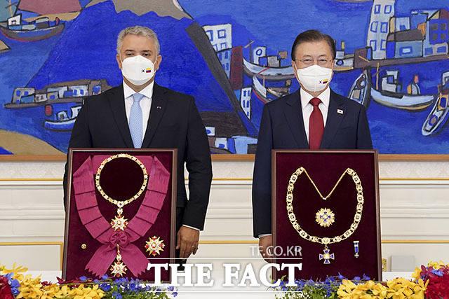 문재인 대통령 또한 콜롬비아의 보야카 훈장을 수여받았다. 보야카 훈장은 콜롬비아에 있는 가장 최고 등급의 훈장이며 시몬 볼리바르 독립운동가의 계기로 만들어진 것이다. 두케 콜롬비아 대통령은 한국과 콜롬비아 간의 관계를 증진한 공로를 기억해 수여하게 됐다고 밝혔다.