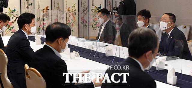 홍남기 경제부총리 겸 기획재정부 장관이 모두발언을 하고 있다.