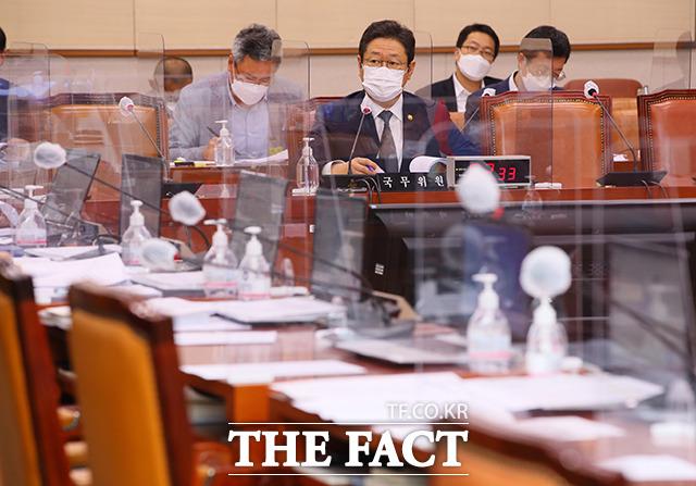 국민의힘 의원들이 퇴장한 가운데 언론중재법 관련 질의에 답하는 황희 장관.