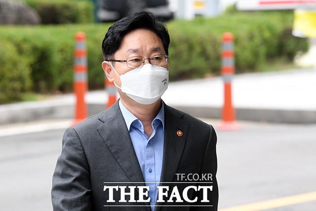 패스트트랙 충돌 사건으로 재판을 받고 있는 박범계 법무부 장관이 25일 오후 서울 양천구 서울남부지방법원에서 열린 공판에 출석하고 있다. /남용희 기자