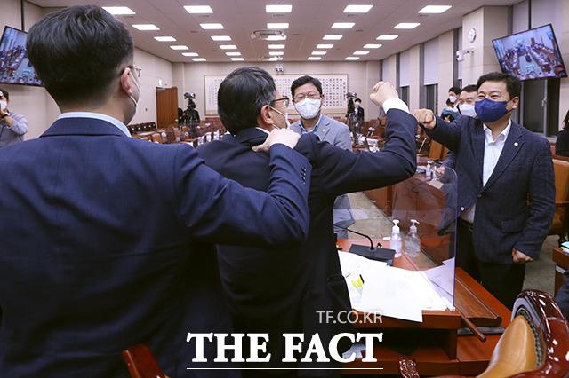 법안 강행 처리 후 인사 나누는 여당 의원들. 왼쪽부터 김남국 의원, 박주민 국회 법제사법위원장 직무대리, 김승원, 김영배 의원 등.