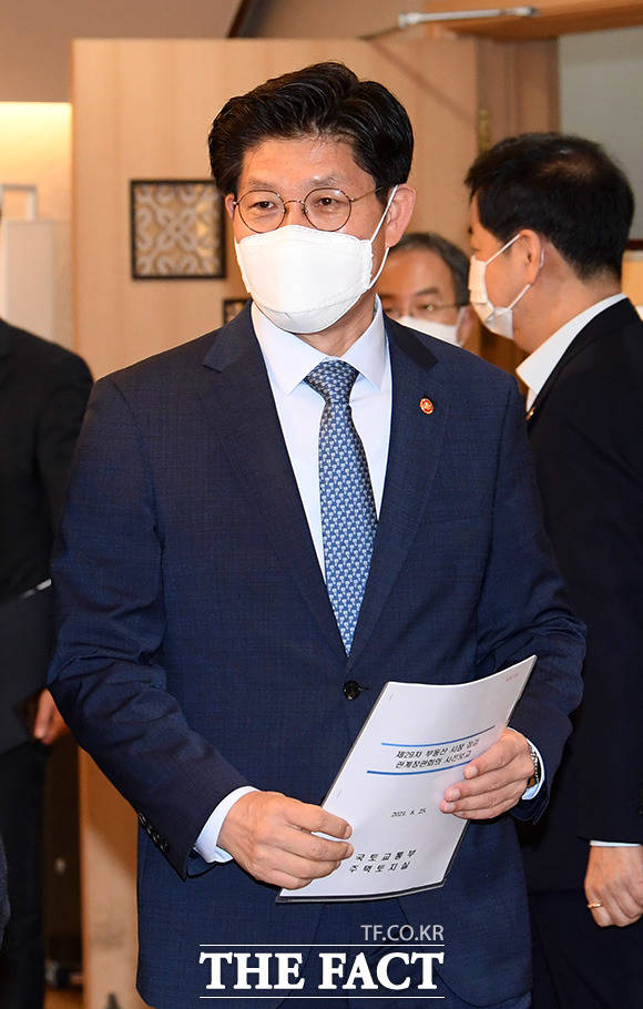 회의 참석하는 노형욱 국토교통부 장관.
