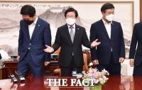 '언론중재법 논란' 본회의 연기, 여야 원내대표 만난 박병석 [TF사진관]