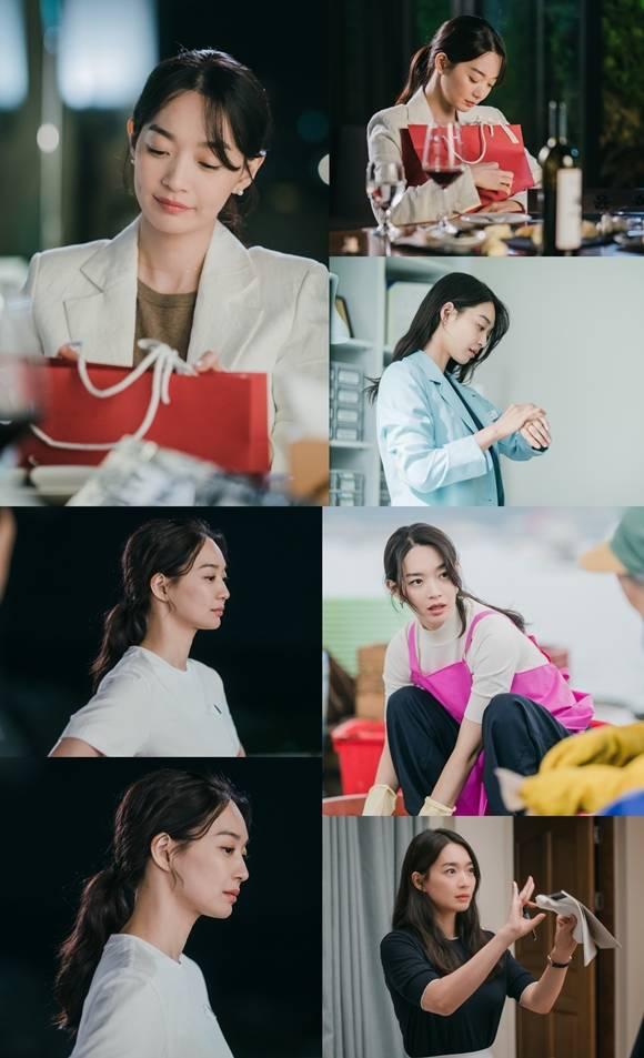 tvN 새 토일드라마 갯마을 차차차가 윤혜진으로 완벽 변신한 신민아의 스틸컷을 공개했다. 사진 속 신민아는 다채로운 매력을 예고해 기대감을 높였다. /tvN 제공