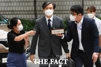 '담담한 표정' 출석하는 조국 전 법무부 장관 [포토]