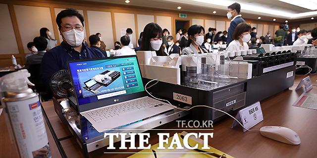 박용찬 국민의힘 서울 영등포을 당협위원장이 영등포구선거관리위원장을 상대로 낸 4.15 총선 무효소송 검증기일에서 관계자들이 시작을 기다리고 있다.