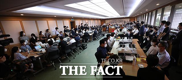 국투본은 지난해 4월 15일 치러진 제21대 국회의원 선거(총선)에서 부정선거가 이뤄졌다고 주장하며 재검표를 요구했다. 이에 법원은 지난 6월 28일 인천 연수을과 지난 23일 경남 양산을에 대한 재검표를 실시했다. 서울남부지법은 이날 오전 9시 30분부터 서울 영등포을의 재검표를 진행 중이다.