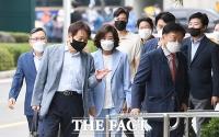 나란히 법원 출석한 전 자유한국당 의원들 [포토]