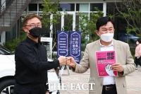 명동에서 만난 최재형-원희룡, 자영업자 응원하는 '품앗이 챌린지' [TF사진관]