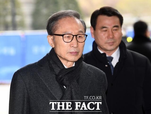 이명박(왼쪽) 전 대통령 측이 서울 논현동 사저 공매 처분 효력을 정지해 달라며 낸 집행정지 신청이 기각돼 즉시 항고했으나 받아들여지지 않았다. /이동률 기자