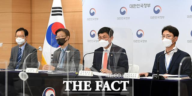 안도걸 기획재정부 2차관(왼쪽 세번째)이 지난달 31일 오후 서울 종로구 정부서울청사 합동브리핑실에서 공공기관 경영평가제도 개선방안에 대해 브리핑하고 있다./임영무 기자