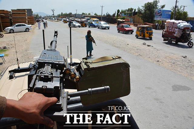 아프가니스탄 낭가르하르 검문소에서 경비를 서고 있는 탈레반 조직원들. /낭가르하르=신화.뉴시스