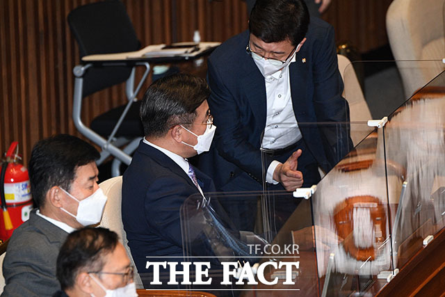 더불어민주당 윤호중 원내대표(가운데)와 고용진 의원이 개회식에 참석해 대화를 나누고 있다.