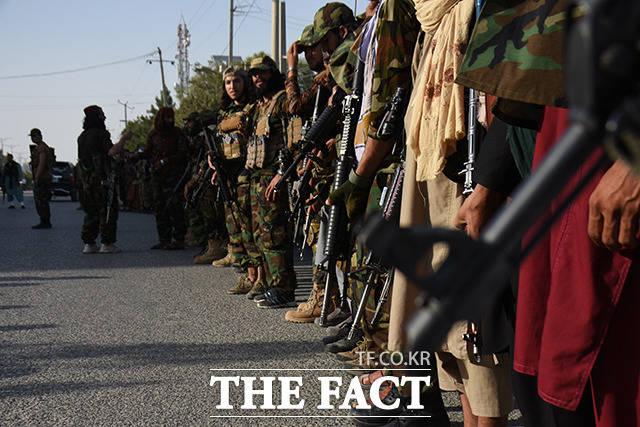 총을 들고 서 있는 아프가니스탄 마자르이샤리프의 탈레반 조직원들. /마자르이샤리프=신화.뉴시스