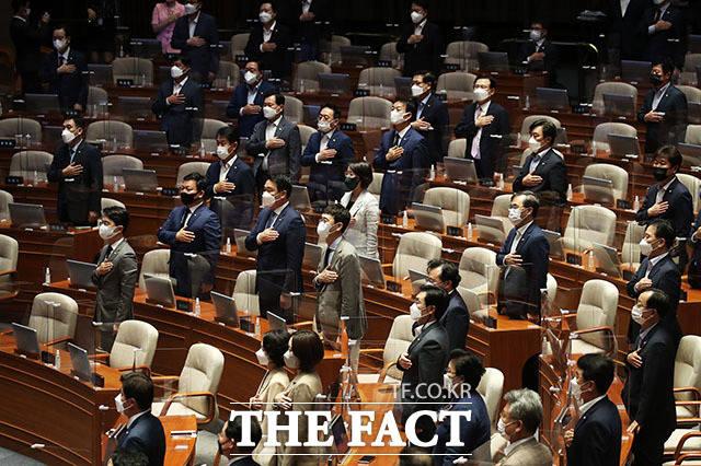 박병석 국회의장과 여야 국회의원들이 국민의례를 하고 있다.