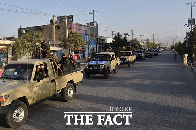 1일 아프가니스탄 마자르이샤리프에서 무장한 탈레반 차량이 이동하고 있다. /마자르이샤리프=신화.뉴시스