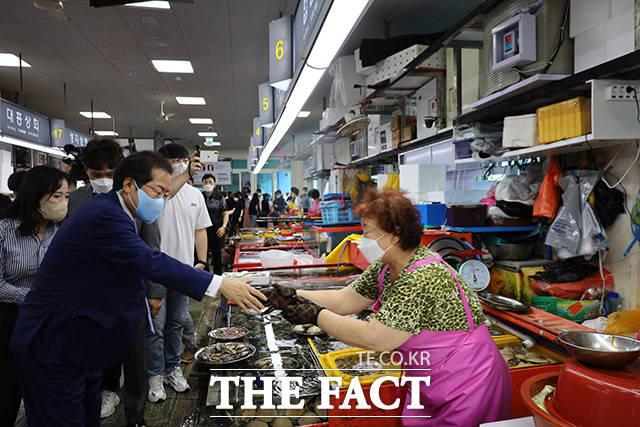 자갈치 시장 상인들과 악수나누는 홍 의원. /홍준표 캠프 제공